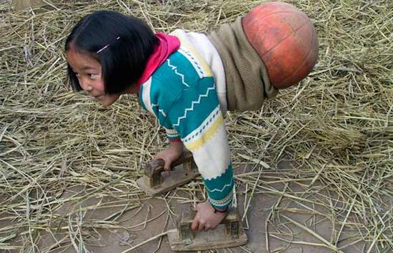 Κοριτσάκι με σώμα μπάλας μπάσκετ