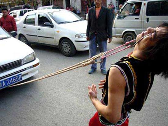 Ένας Κινέζος τράβηξε ένα αμάξι με τα βλέφαρα του