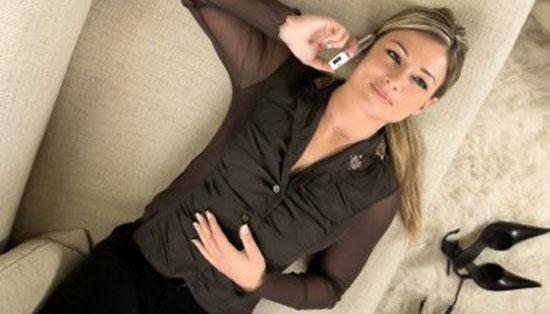 Γυναίκα που μιλάει στο κινητό