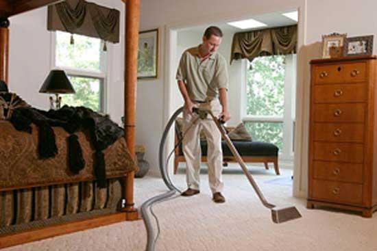 Άνδρας κάνει δουλειές του σπιτιού