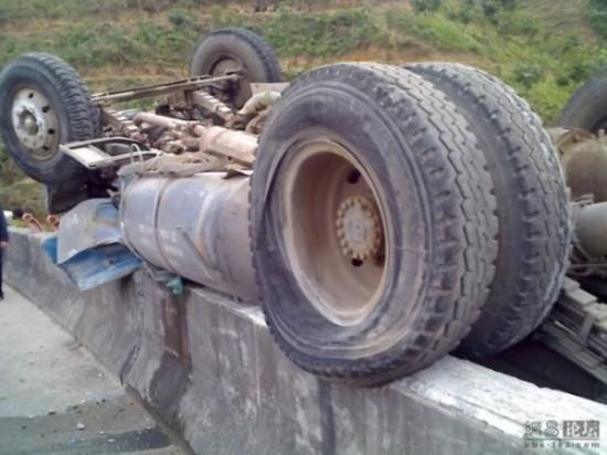 Απίστευτο ατύχημα φορτηγού