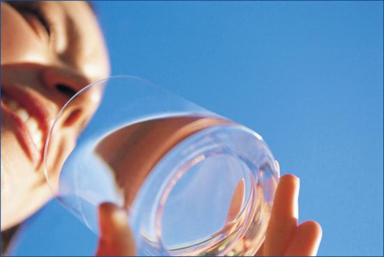 Πίνει νερό