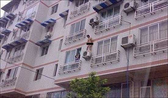 Γυμνός εραστής στο μπαλκόνι για να γλυτώσει