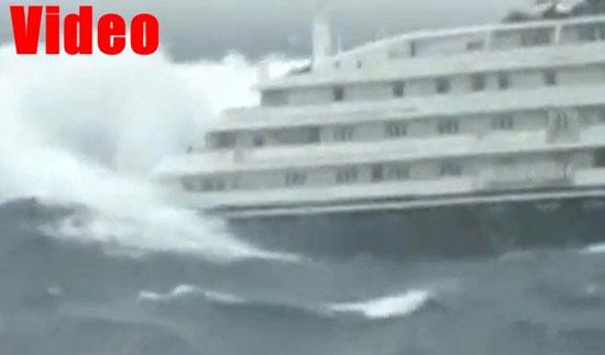 Δραματική μάχη ελληνικού κρουαζιερόπλοιου με τα κύματα