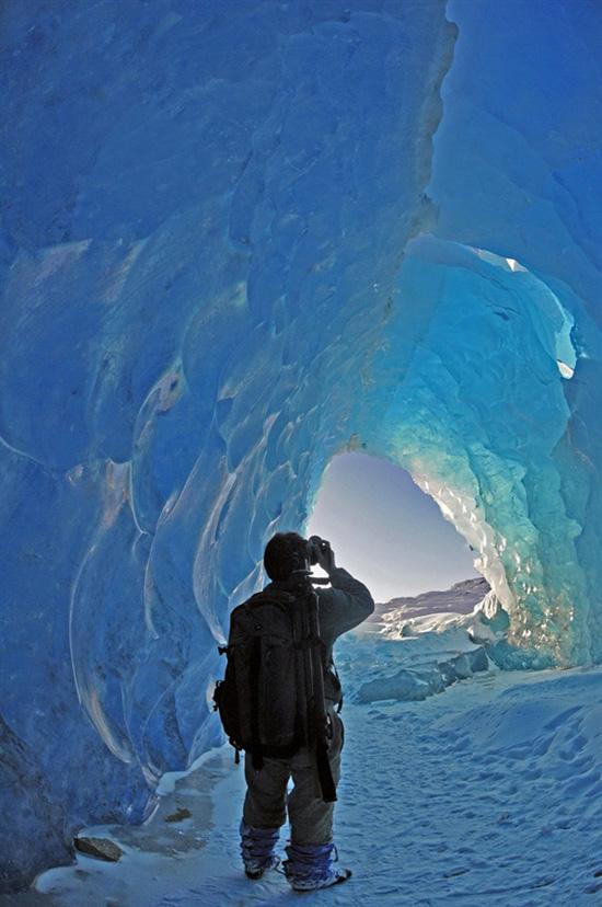 Φωτογραφία της ημέρας: Περπατώντας σε τούνελ από πάγο