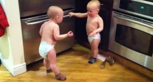 Δίδυμα μωρά σε ξεκαρδιστική «κουβεντούλα» (Video)