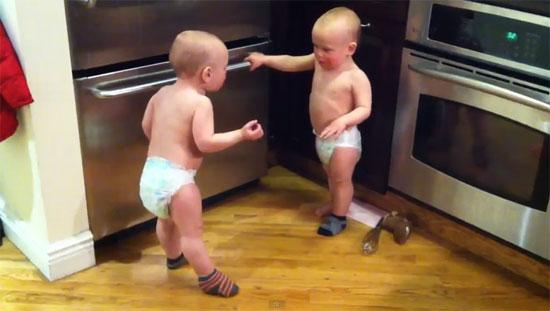 Δίδυμα μωρά σε ξεκαρδιστική «κουβεντούλα»
