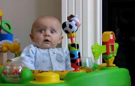 Απίστευτη αντίδραση μωρού όταν η μαμά του φυσάει την μύτη της