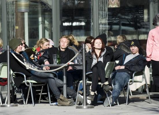 Φωτογραφία της ημέρας: Πως αντιδρούν οι Σουηδοί στην λιακάδα;