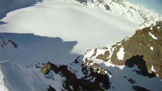 Σκιέρ πέφτει από την κορυφή βουνού