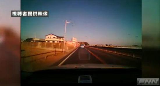 Αυτοκίνητο παρασύρεται από το τσουνάμι