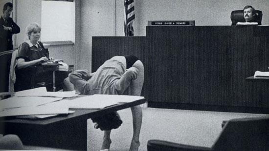 Μα τι κάνει αυτή η γυναίκα στο δικαστήριο;
