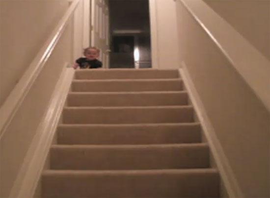 Μωρό κατεβαίνει τις σκάλες με απίστευτο τρόπο