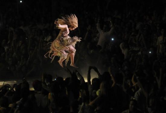 Φωτογραφία της ημέρας: Η Shakira... πετάει!