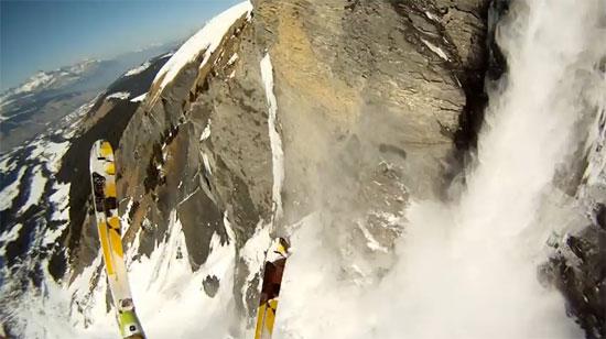 Σκιέρ πήδηξαν από γκρεμό για να ξεφύγουν από χιονοστιβάδα (Video)
