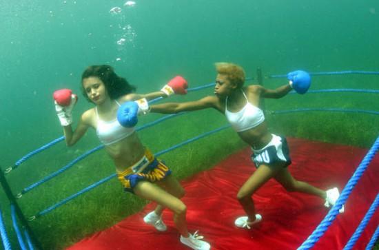 Φωτογραφία της ημέρας: Υποβρύχιο γυναικείο boxing