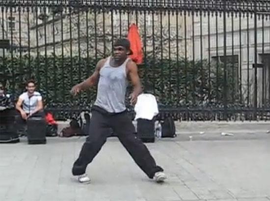 Απίστευτος χορευτής του δρόμου στο Παρίσι