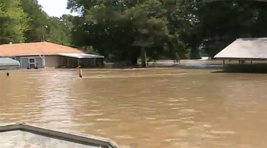 Έφτιαξε τάφρο για να σώσει το σπίτι του από την πλημμύρα
