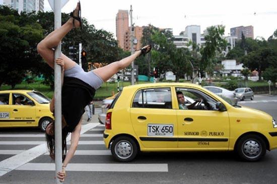 Χορός σε στύλο στους δρόμους (1)