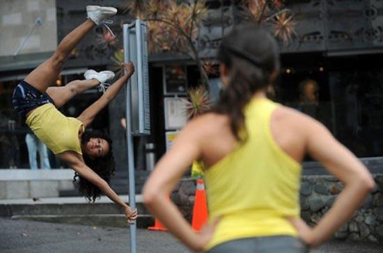 Χορός σε στύλο στους δρόμους (3)