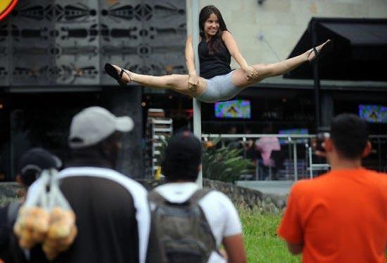 Χορός σε στύλο στους δρόμους (4)