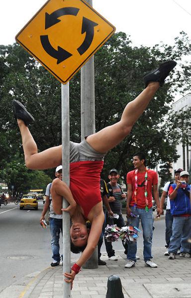 Χορός σε στύλο στους δρόμους (7)