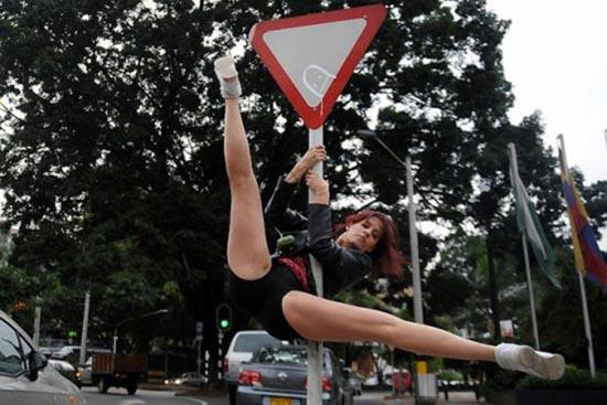 Χορός σε στύλο στους δρόμους (8)