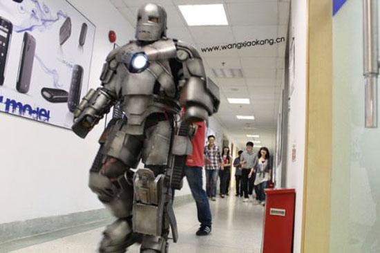 Πήγε στη δουλειά με αυτοσχέδια στολή Iron Man (1)