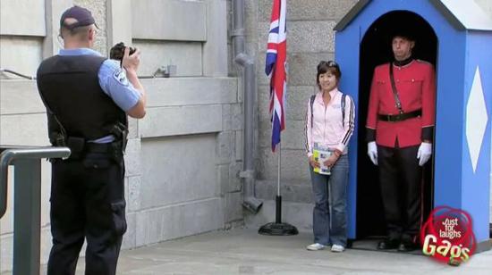Φάρσα: Ο Βρετανός φρουρός με τα εσώρουχα