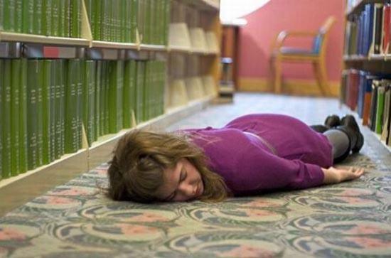 Φοιτητές που κοιμούνται στις βιβλιοθήκες (22)
