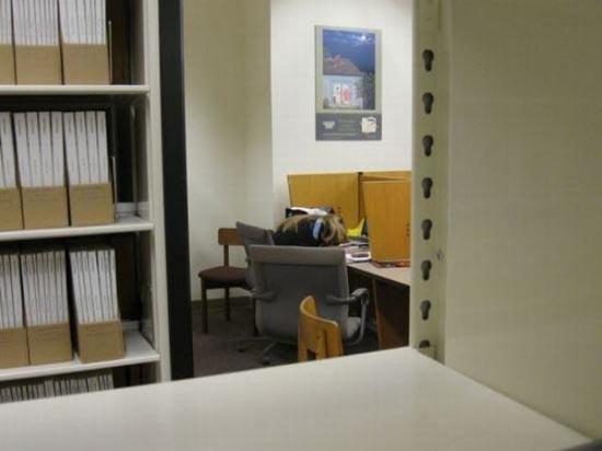 Φοιτητές που κοιμούνται στις βιβλιοθήκες (18)