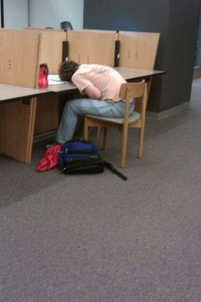 Φοιτητές που κοιμούνται στις βιβλιοθήκες (16)