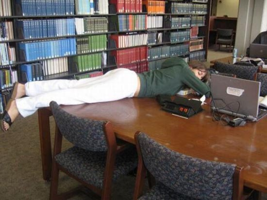 Φοιτητές που κοιμούνται στις βιβλιοθήκες (15)