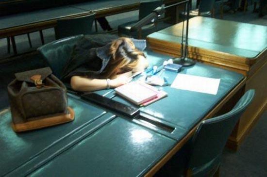 Φοιτητές που κοιμούνται στις βιβλιοθήκες (13)