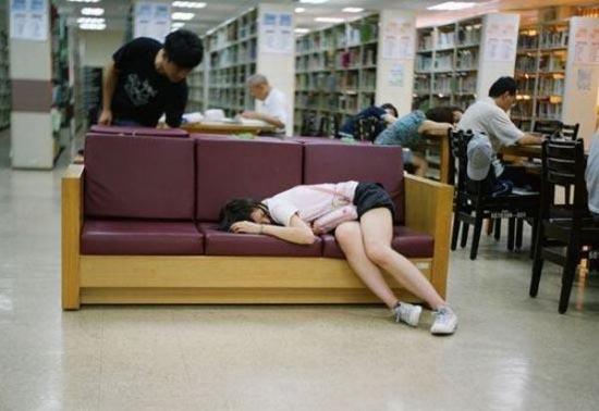 Φοιτητές που κοιμούνται στις βιβλιοθήκες (11)