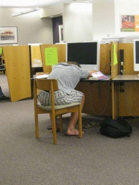 Φοιτητές που κοιμούνται στις βιβλιοθήκες (10)
