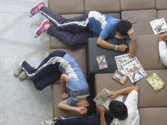 Φοιτητές που κοιμούνται στις βιβλιοθήκες (7)