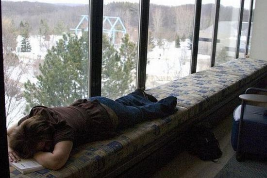 Φοιτητές που κοιμούνται στις βιβλιοθήκες (6)