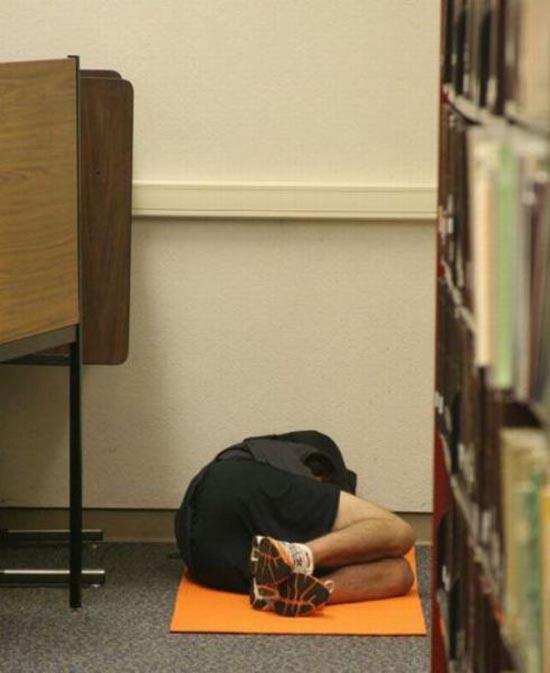 Φοιτητές που κοιμούνται στις βιβλιοθήκες (5)