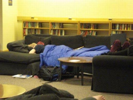 Φοιτητές που κοιμούνται στις βιβλιοθήκες (3)
