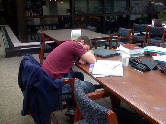 Φοιτητές που κοιμούνται στις βιβλιοθήκες (2)