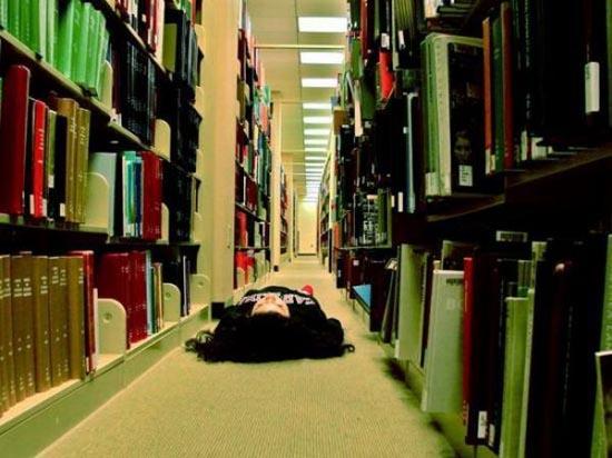 Φοιτητές που κοιμούνται στις βιβλιοθήκες (1)