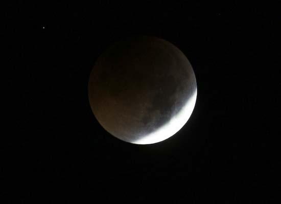 Εντυπωσιακές εικόνες από την ολική έκλειψη Σελήνης (16)
