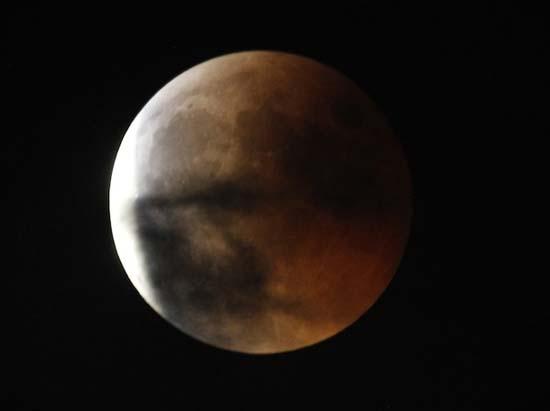 Εντυπωσιακές εικόνες από την ολική έκλειψη Σελήνης (15)