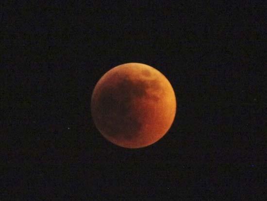 Εντυπωσιακές εικόνες από την ολική έκλειψη Σελήνης (13)