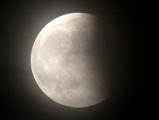 Εντυπωσιακές εικόνες από την ολική έκλειψη Σελήνης (12)