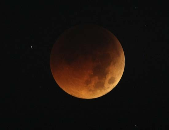 Εντυπωσιακές εικόνες από την ολική έκλειψη Σελήνης (11)