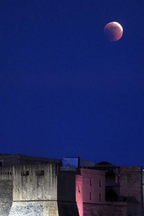 Εντυπωσιακές εικόνες από την ολική έκλειψη Σελήνης (8)
