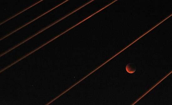 Εντυπωσιακές εικόνες από την ολική έκλειψη Σελήνης (7)