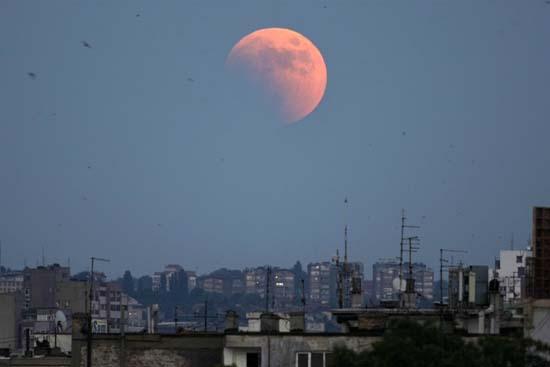 Εντυπωσιακές εικόνες από την ολική έκλειψη Σελήνης (4)